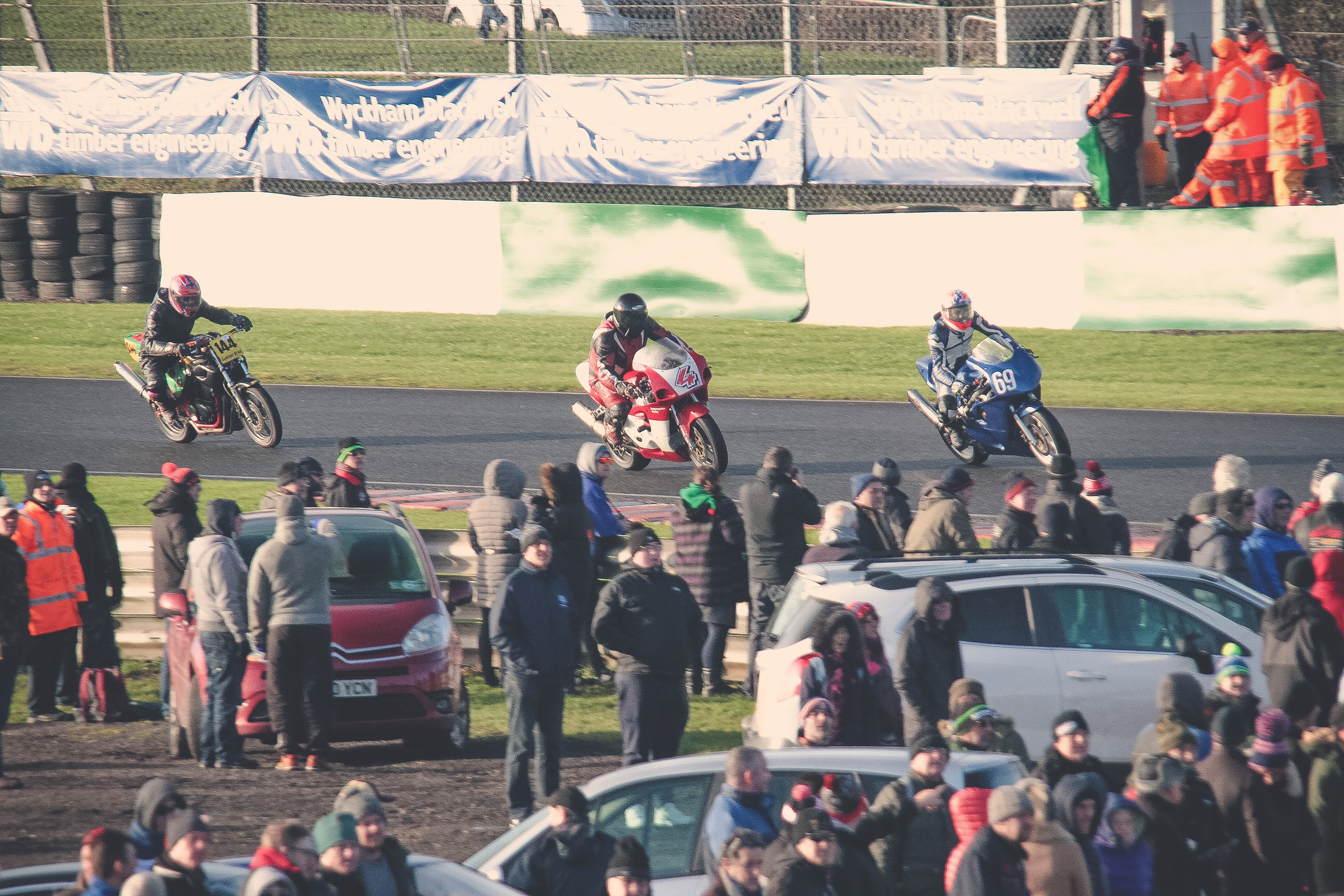Crowds at Mallory Park Plum Pudding races