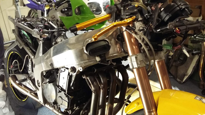 The ZX-7R received some updated components from a newer ZX-10R, including forks, swingarm, and Dymag wheels.